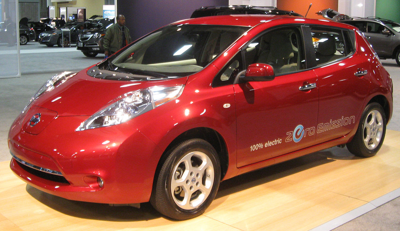 Elektromobil Nissan Leaf: https://commons.wikimedia.org/wiki/Category:Nissan_Leaf?uselang=cs#/media/File:2011_Nissan_Leaf_--_2011_DC.jpg
