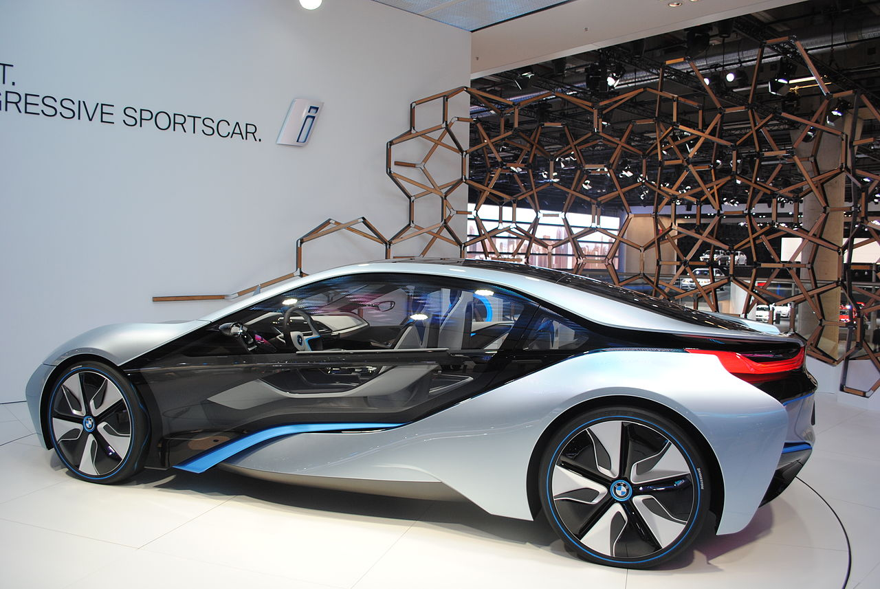 Koncept BMW i8, Frankfurt, 2011: https://commons.wikimedia.org/wiki/Category:BMW_i8_Concept?uselang=cs#/media/File:Frankfurt_BMW_i8_at_the_Motor_Show_2011_(6143059349).jpg