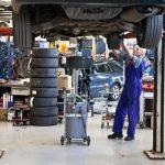 Jak si poradit s kapajícím olejem při opravách auta?